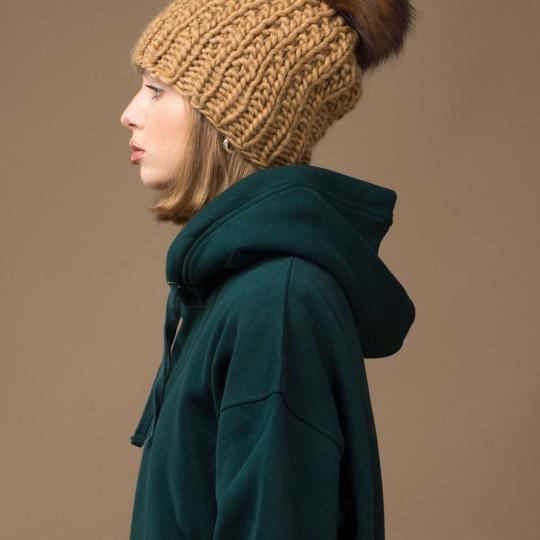 Czapka z pomponem zimowa damska w kolorze karmelowym wełniana alpaka - Brunon Muszyński